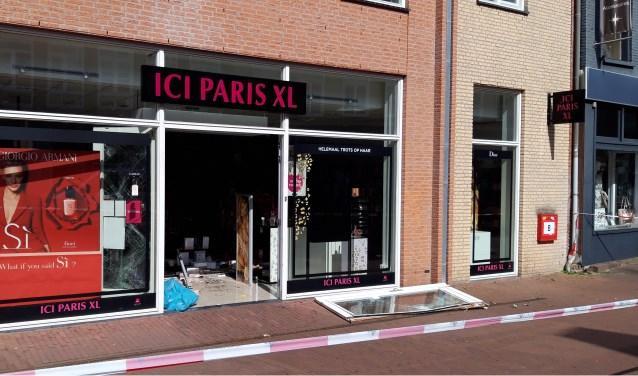 Er is veel schade na een brute ramkraak bij ICI Paris XL in Zevenaar. Getuigen worden verzocht contact op te nemen met de politie via 0900 - 8844. (foto: Danny van der Kracht)