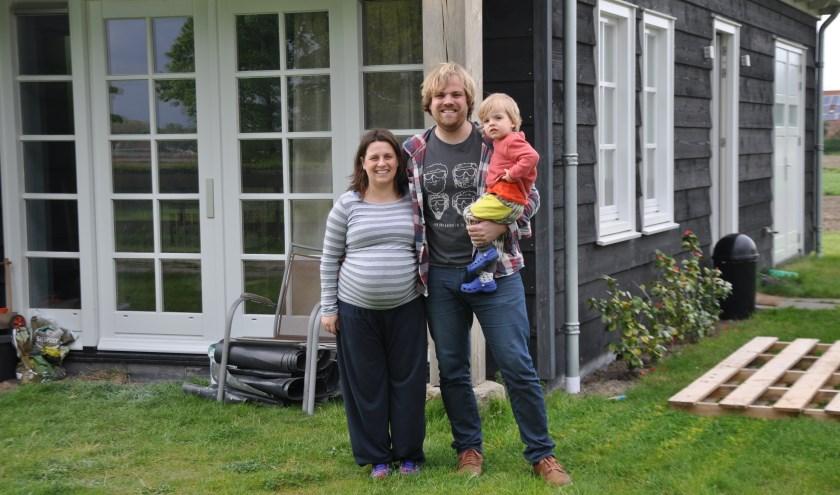 Hubert Tieleman en Yaiza Cuñado met zoontje Ekaitz (2).  FOTO: Anneke Flikweert