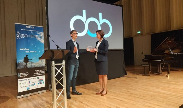 Richard van Kranenburg voorzitter van NBV feliciteert Kirsten Steinbusch – CEO DAB.