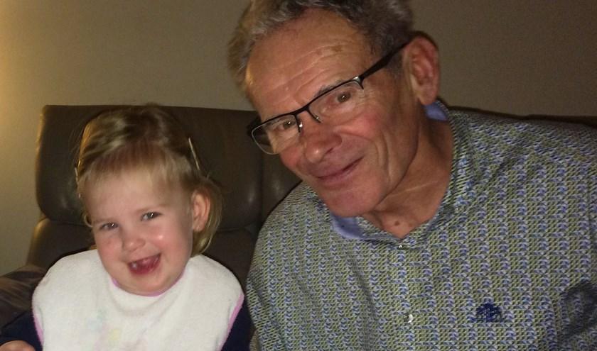 Jan Donks - op de foto met kleindochter Eva - is de jarige van de Week. Hij viert vrijdag zijn 73e verjaardag.