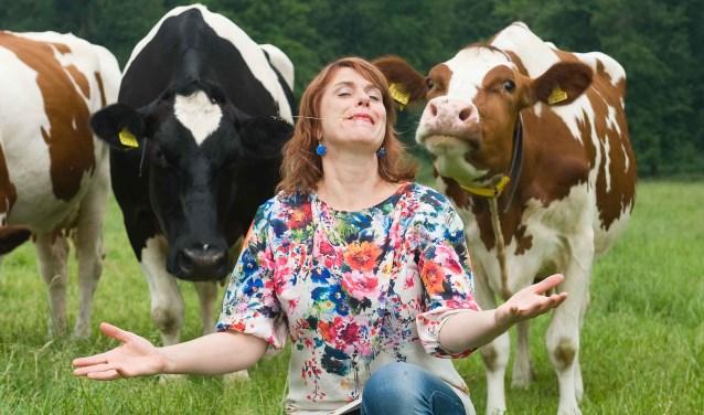 Irene van der Aart tussen haar geliefde koeien.