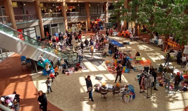 Vanwege de slechte weersomstandigheden werd de vrijmarkt naar het overdekte gedeelte van het winkelcentrum verplaatst.