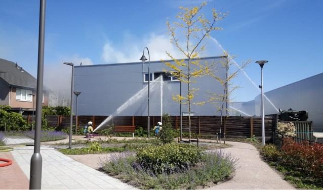 In een loods op Remmerden is woensdagochtend brand uitgebroken. (Foto's: Max Timons)