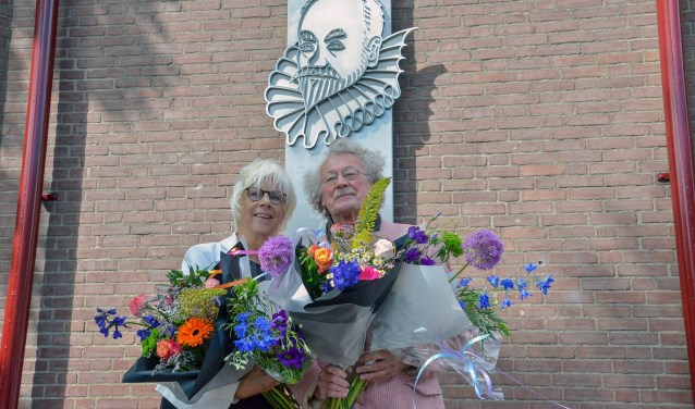 Beeldend vormgevers Els Verseveld en Jos Wensing bij hun kunstwerk, na de onthulling op het Arminiusplein. (Foto: Paul van den Dungen)