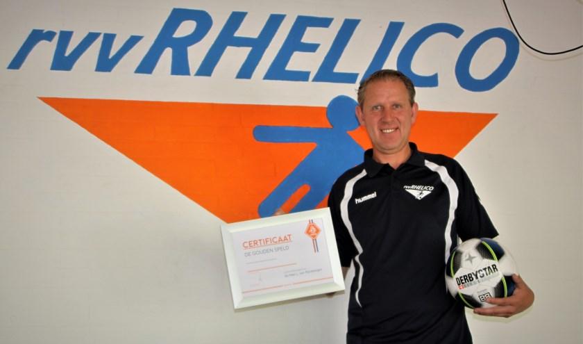 Leo van Rijnsbergen met het certificaat dat hoort bij de gouden speld van de KNVB voor de verdiensten voor zijn club. (Foto: Arno voor de Poorte)