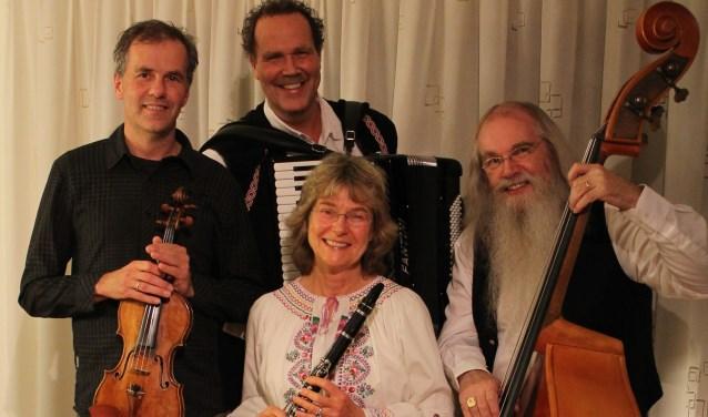 Het klezmerorkest Freilach speelt zondag 23 juni in de Kruidenhof inMallum in Eibergen.