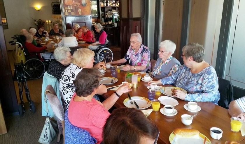 De deelnemers genietend van een heerlijke lunch.
