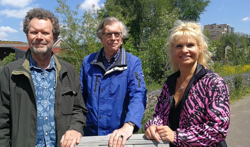 Rob van Veen (links), Hans Riemens en Augüsta van Hoogdalem brengen bewoners van Nieuw Babberspolder samen (FotoPeter Spek).