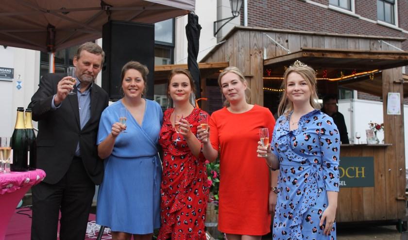 Burgemeester Anton Stapelkamp, de wijnkoningin en de wijnprinsessen proosten op de zesde editie van het Wijnfeest Aalten.
