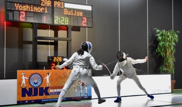 Valerie (rechts) in de finale NJK floret schermen.