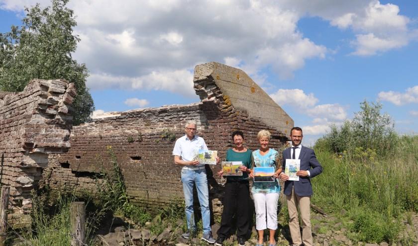 Bij de ruïne van 'Buitenmolen Polders Wiel en Vogelzang' aan de Lekdijk West. V.l.n.r.: winnaar Cor Verweij, Marjan Pleyte, Trudy de Vos en burgemeester Laurens de Graaf.