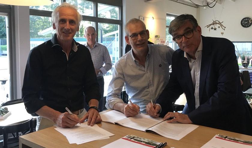 Vertegenwoordigers van tennisverenigingen en wethouder Paul Loermans ondertekenen het RSA Tennis.