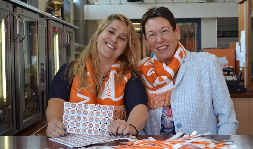 Op de foto: Nancy van de Vorstenbosch ( links) en voorzitter Ank de Groot. Beiden verkochten polsbandjes en consumptiemunten voor het jubileumfeest.