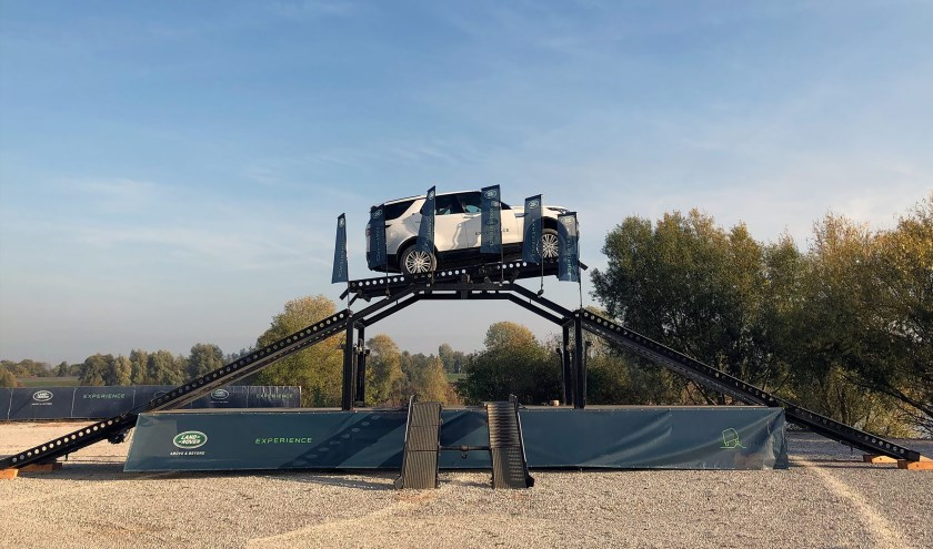 Met de Land Rover experience kunnen bezoekers van de StrongmanRun ervaren wat er allemaal mogelijk is met deze stoere auto.