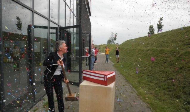 Leerlingen op de dijk spuiten confetti, nadat wethouder Ankie van Tatenhove symbolisch de paal heeft geslagen. Foto Kees van Rongen