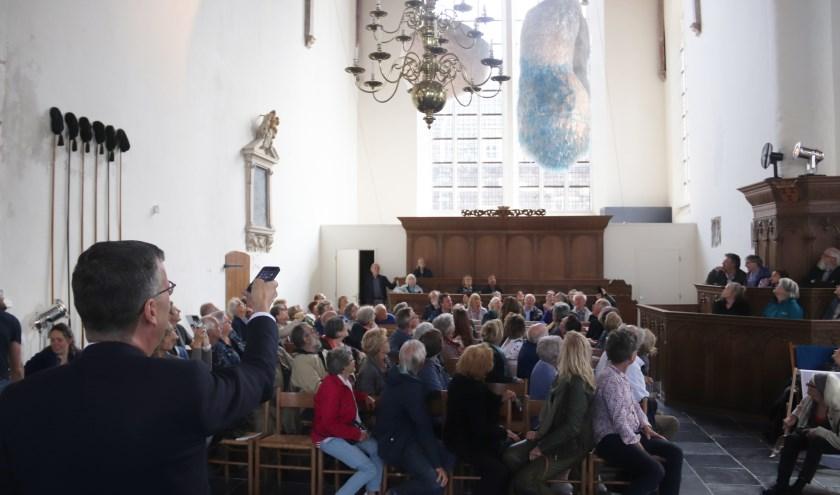 Met een app stelde wethouder Joost Reus het kunstwerk van Annelies van Sterkenburg in beweging.