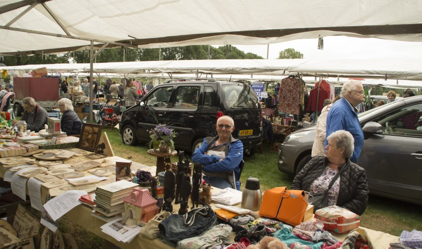 Veel standhouders bezoeken de groots opgezette rommelmarkt op Sportpark de Griethse Poort. (foto: Diana Edwards Fotografie)