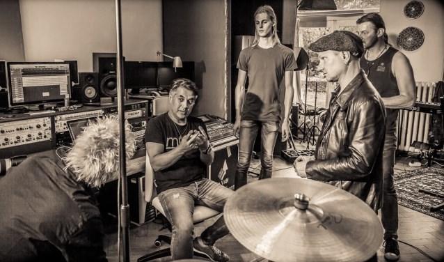 Juan van Emmerloot (zittend) van Vanmerloot Music Pros weet als geen ander hoe je als band het verschil kunt maken.