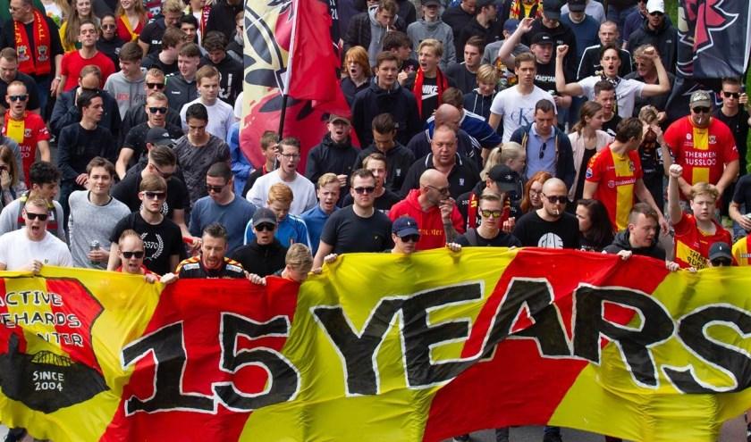 Onder aanvoering van Sfeerteam ADHD liep een grote groep Eagles-supporters voorafgaand aan Go Ahead Eagles - FC Den Bosch van de Deventer binnenstad naar De Adelaarshorst. (Foto: Henny Meyerink)