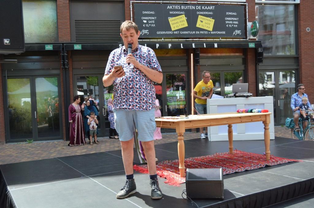 Stadsdichter Derk Postma draagt zijn gedicht voor.  © Persgroep