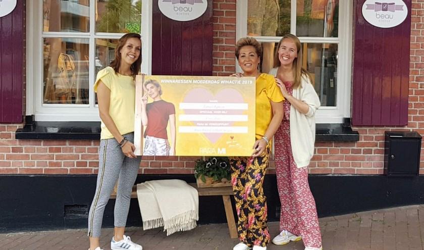 Tamara kwam vrijdag met schoondochter Crissy naar de winkel van Aukje Borgelink (rechts) voor een mooie verrassing.