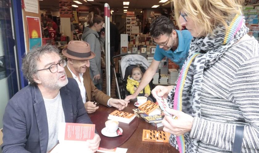 Grote belangstelling voor signeersessie van Wilfried en Bert bij boekhandel Tomey.