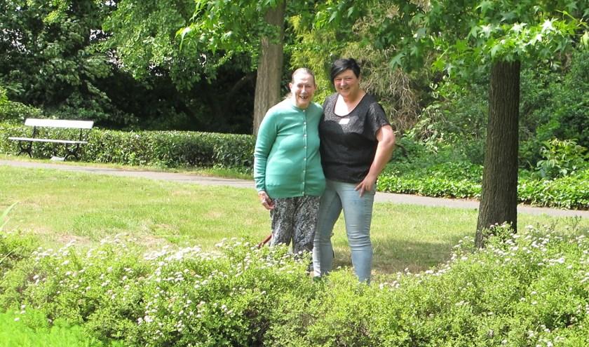 Maartje van Gils samen met een bewoonster in de tuin bij Amaliazorg Kempenhaeve