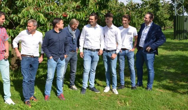 Leo Slootweg, Theo Vernooij, Erik Vernooij, Ton Cornelissen, Tom v.d. Bildt, Rik van Gend, Tijmen v.d. Linden, Gerd van Wijk, samen het vaste team van het fruitbedrijf. FOTO: Ben Blom