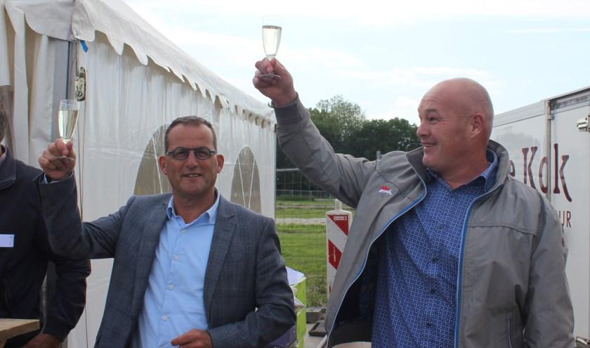 Wethouder Johan Quik en projectontwikkelaar Erik Batenburg brengen een toost uit. (Foto: Privé)
