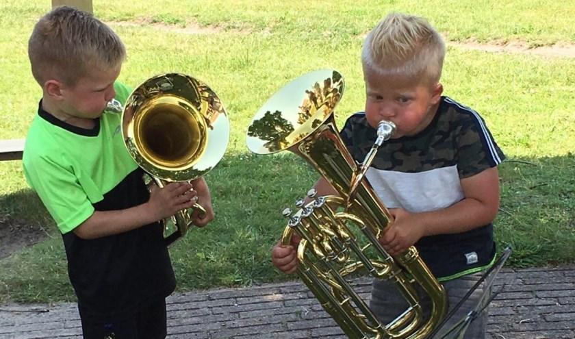 Deze twee bezoekers van de speeltuin lieten de speeltoestellen even rusten om alle instrumenten te testen en hun longinhoud.(Foto: Jelle Bronsink)