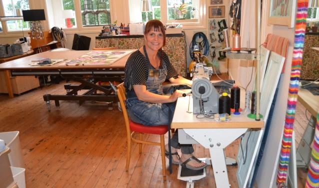 Rini Bongen in haar werklokaal. (foto: Karin Stronks)