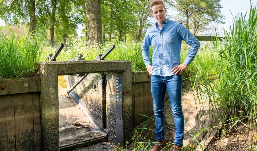 Robert de Lenne van Waterschap Vechtstromen bij de stuw in de nu droge Nieuwlandsbeek in Ambt Delden. Foto: Paulien Wilkinson