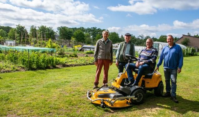 De nieuwe grasmachine van Volkstuinvereniging Het Hoge Land. Aangeschaft met het geld van fietstocht Epe Voor Epe. Foto: Dennis Dekker