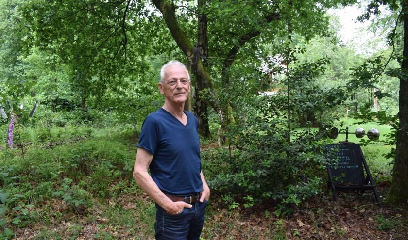 Harry Oonk in zijn tuin waar allerlei werken van mechanica staan. (Foto Rick Praamstra)