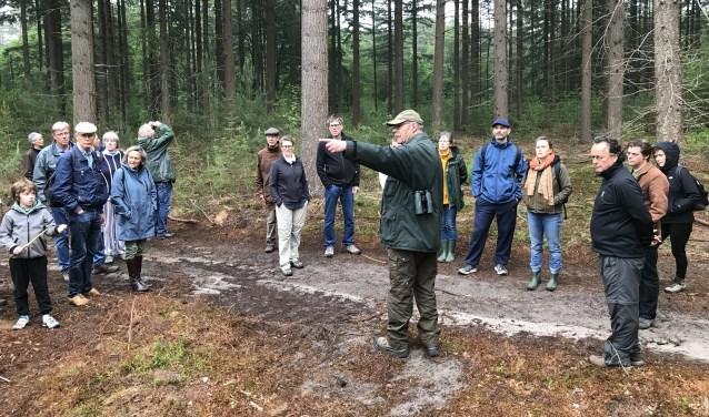Veel belangstelling voor de uitleg over het beheer van het bos. FOTO: Carol Dohmen