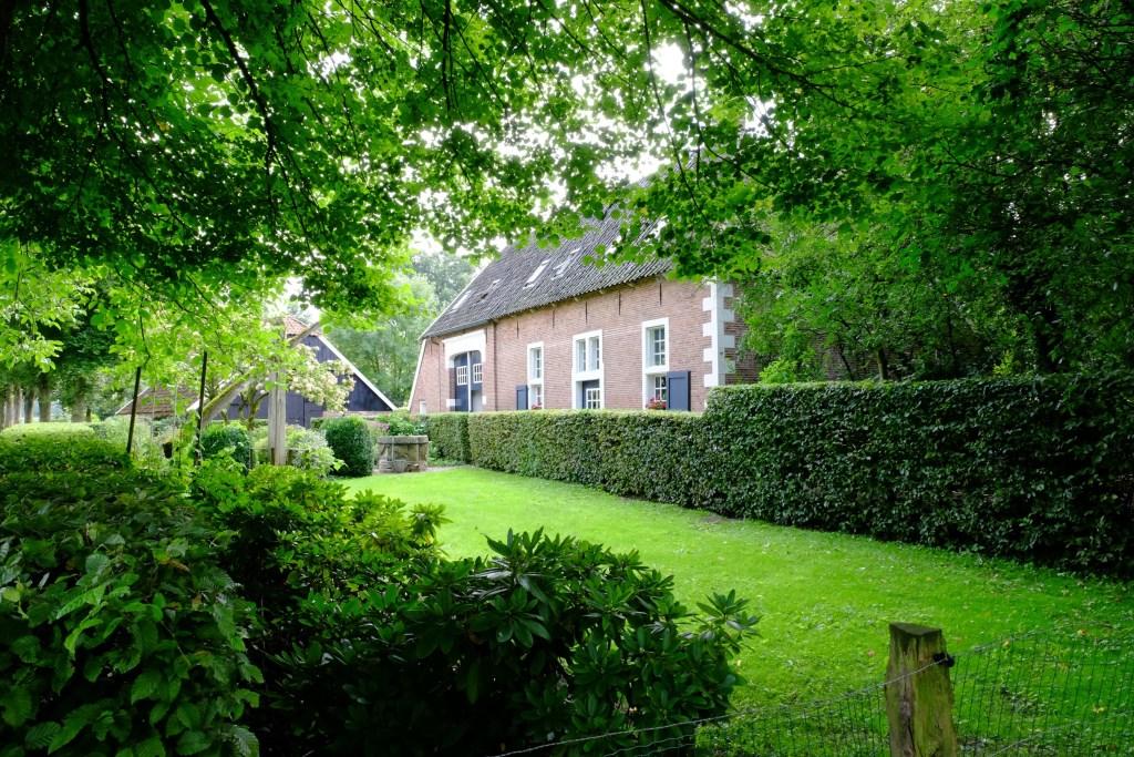 Het kattelaar bouwhuis, zoals het nu verscholen tussen het groen staat. Foto: Willem Wijnen. Foto: Willem Wijnen © Persgroep