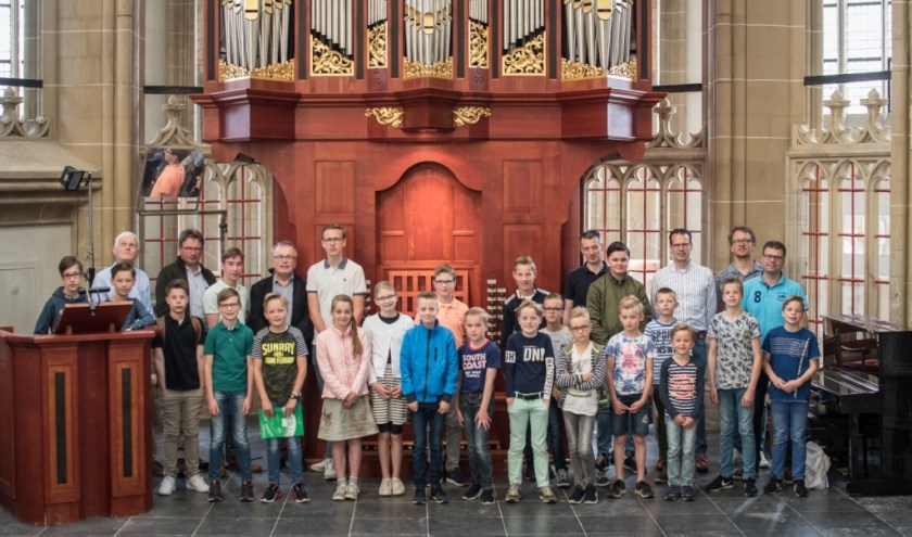 De leerlingen bij het orgel in de Bovenkerk in Kampen. Eigen foto.