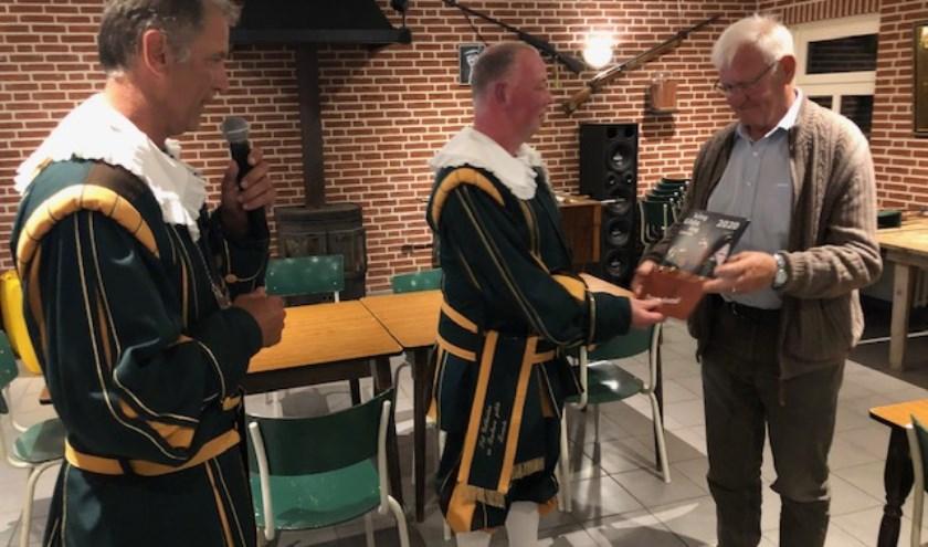 Regerend Deken Erik van Happen overhandigde het eerste sponsorpakket aan de Beschermheer van het Gilde.
