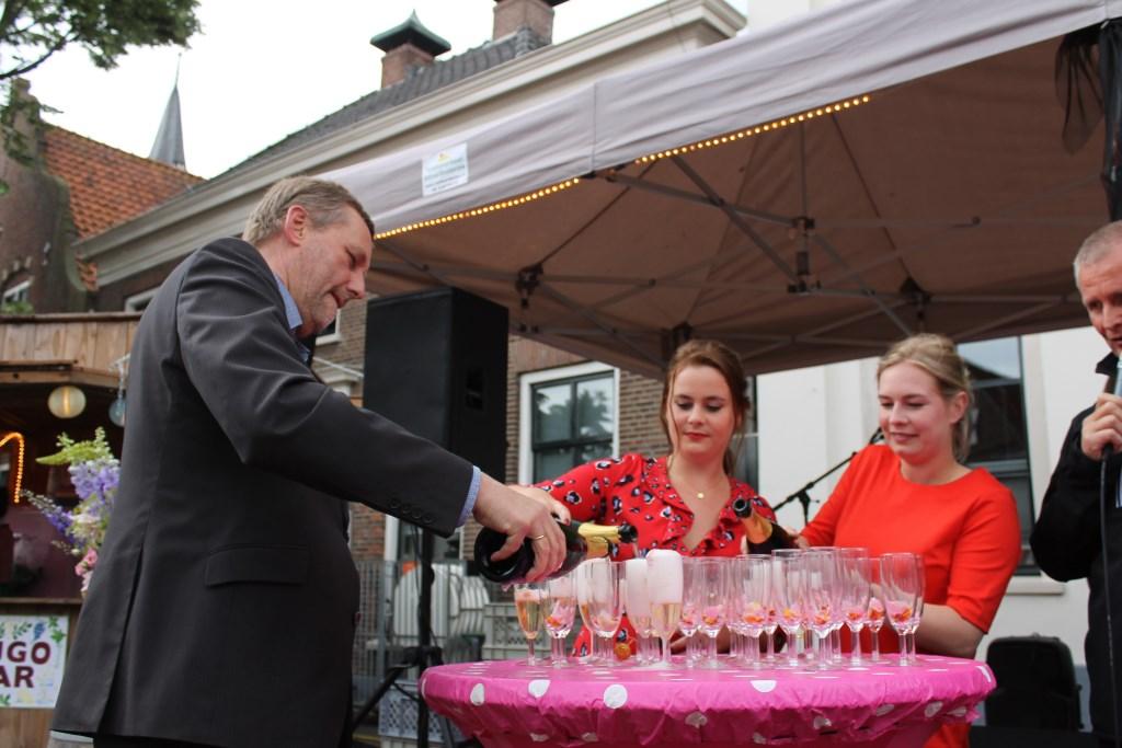 Burgemeester Stapelkamp schenkt de eerste glazen wijn in tijdens het Wijnfeest Aalten.  Foto: Leo van der Linde © Persgroep