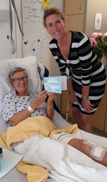 Mevrouw De Vlugt liet zich verrassen met een kaart vol woorden die haar kracht geven bij thuiskomst.