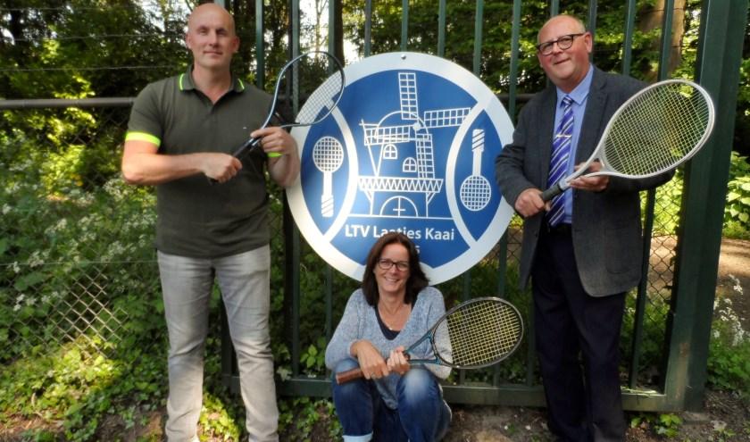 Bestuursleden annex feestcommissie van tennisvereniging LTV de Laatjeskaai in Pernis. V.l.n.r. Secretaris Erik Ketting, penningmeester Thea van de Steenhoven en voorzitter Jan Ketting.