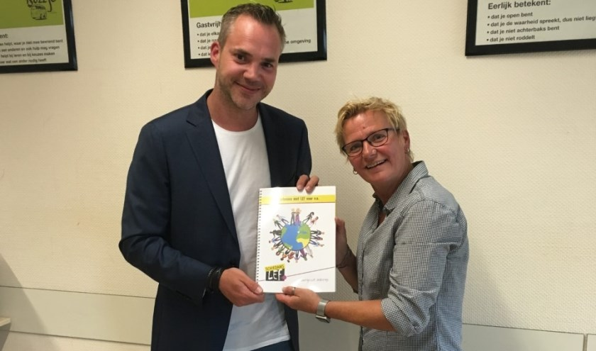 Sandy Kardolus van Schiedams LEF overhandigt het eerste exemplaar van de lesmodule aan Maarten Westenberg van het Lentiz LIFE college.