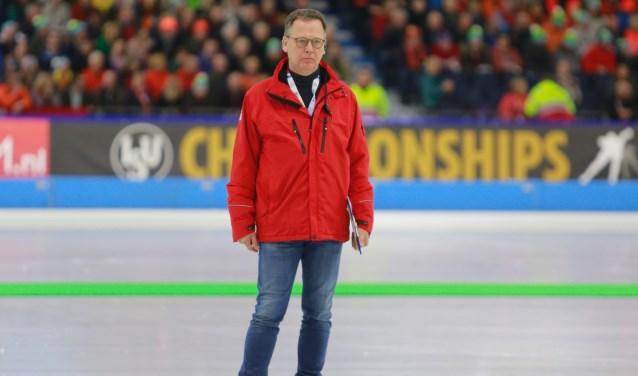 Hanjo Heideman op de ijsbaan. Hij is medeorganisator van het sportgala in Losser. Foto: Nol Terwindt.