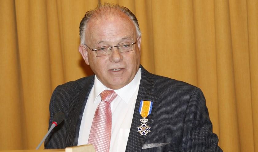 Ridder Toon Cornelissen tijdens zijn afscheid als griffier van de gemeente Boxmeer. (foto: Bas Delhij)