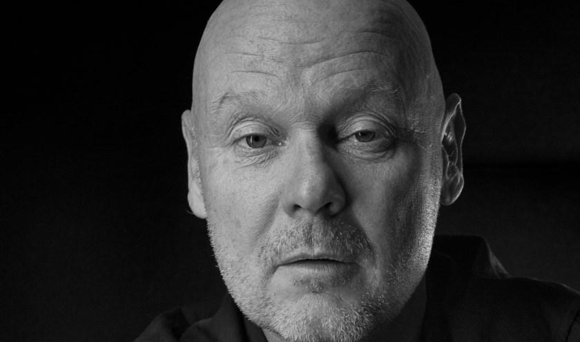Jan Tekstra is zanger, liedjesschrijver, producer en acteur. Naast het script schrijven, zal hij zelf een rol in de voorstelling vertolken.