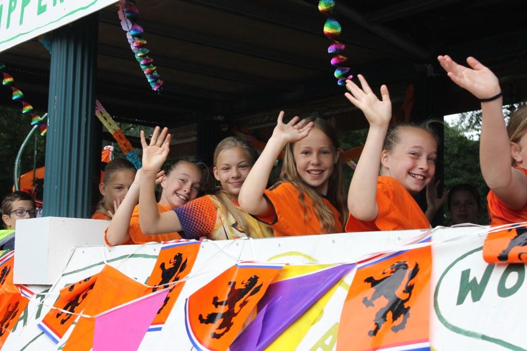 Jeugd, Oranjedames, reed ook mee in de optocht  Foto: Leo van der Linde © Persgroep