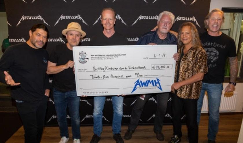 Bestuurslid Jan Woldberg neemt cheque voor Stichting Kinderen van de voedselbank in ontvangst. (Foto: Metallica)