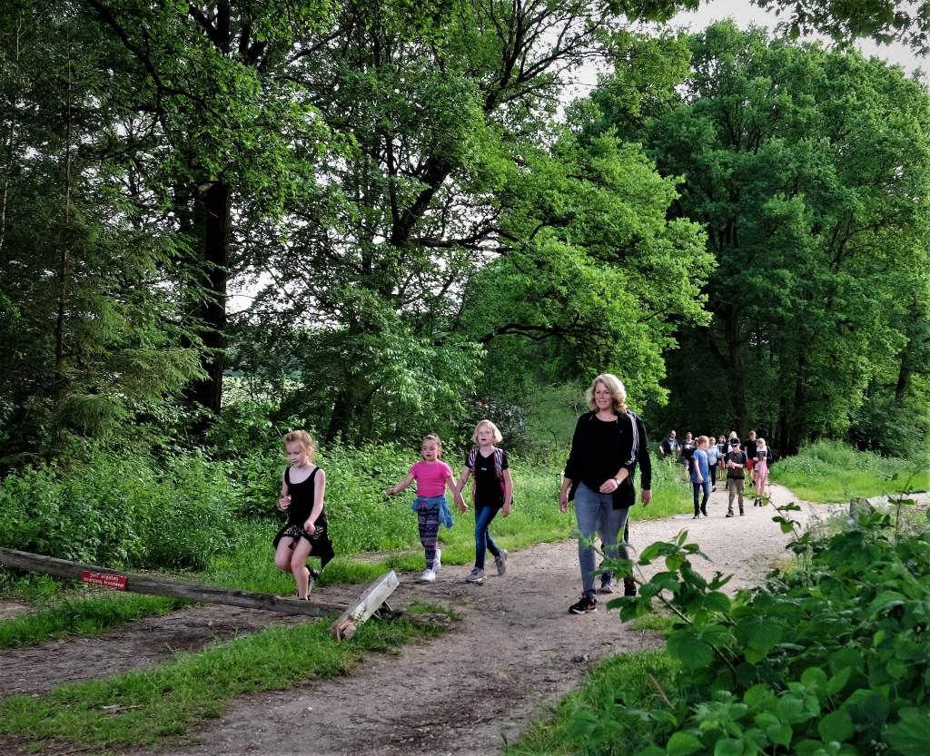De eerste groep komt het bos uit.  © Persgroep
