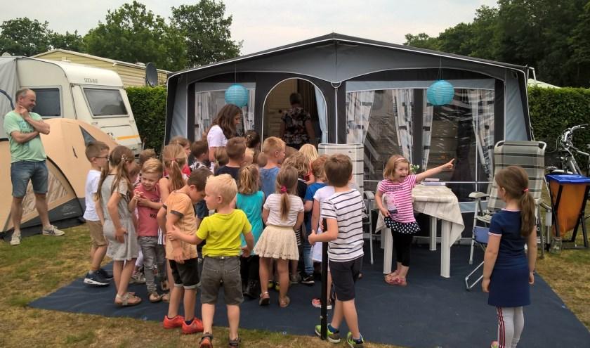Kinderen krijgen uitleg over kamperen