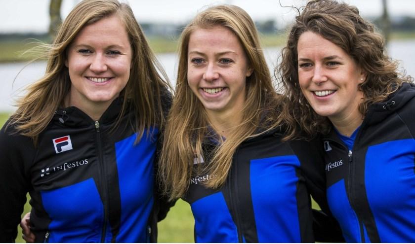 Olympisch kampioenen Ireen Wüst (rechts), Esmee Visser (midden) en Lotte van Beek zijn van de partij in Haaksbergen.